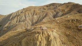 Cantidad del abejón del campista femenino aventurero en un borde del acantilado en bahía hermosa del zorro en Crimea Tiro aéreo a almacen de video
