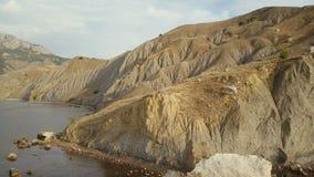 Cantidad del abejón del campista femenino aventurero que viaja y que acampa en bahía hermosa del zorro en Crimea Tiro aéreo asomb almacen de video