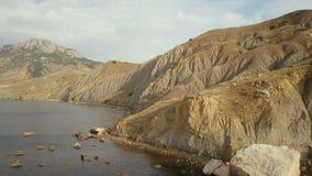 Cantidad del abejón del campista femenino aventurero que viaja y que acampa en bahía hermosa del zorro en Crimea Tiro aéreo asomb almacen de metraje de vídeo