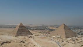 Cantidad del abejón de grandes pirámides de Giza cerca de El Cairo Egipto almacen de metraje de vídeo