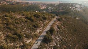 Cantidad del abejón sobre el viajero solo que monta su moto en los caminos épicos de la montaña del paisaje almacen de video