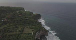 Cantidad del abej?n de la salida del sol de un acantilado y de una playa tranquilos cerca del templo de Uluwatu, Bali, Indonesia almacen de video