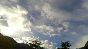 Cantidad del cielo que vuela sobre las montañas almacen de metraje de vídeo