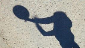 Cantidad del hd del baloncesto de la sombra del hombre del asfalto del camino