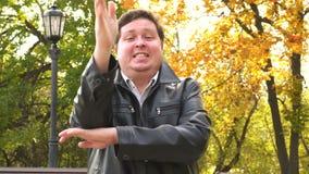 Cantidad del hombre grande feliz que aumenta la mano metrajes