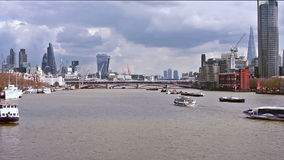 Cantidad del lapso de tiempo del horizonte de Londres en una tarde nublada almacen de video