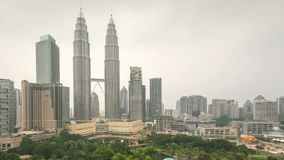 cantidad del lapso de tiempo 4k del día nebuloso nublado a la puesta del sol de la noche en Kuala Lumpur City almacen de video