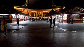 Cantidad del PDA de una entrada a un templo japonés y de la capilla en Kyoto, Japón La gente camina a través de la abertura del t almacen de metraje de vídeo