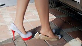 Cantidad del primer de los pies femeninos que caminan al coche y al interior que se sienta metrajes