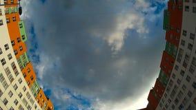 Cantidad del tema de la ciudad los edificios localizaron enfrente de uno a con las nubes flotantes almacen de metraje de vídeo