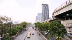 Cantidad del tráfico que fluye en el camino de Kamphaeng Phet en distrito del jatujak almacen de metraje de vídeo