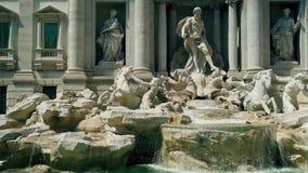 Cantidad est?tica de la fuente del Trevi en Roma Italia Cascada de la c?mara lenta metrajes