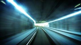 cantidad futurista 4K de una tranvía subterráneo en Viena que sigue su ruta metrajes