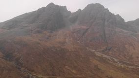 Cantidad hacia abajo que va aérea de una montaña rocosa enorme majestuosa de Munro en Escocia Bla Bheinn almacen de metraje de vídeo
