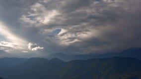 Cantidad hermosa de la acción del lapso de tiempo HD de las nubes que pasan sobre las montañas Himalayan almacen de video