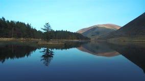 Cantidad hermosa del lago inmóvil y montañas contra el cielo almacen de video