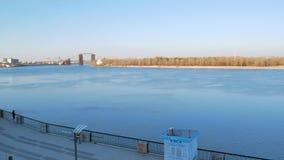 Cantidad horizontal del panorama del terraplén del río de Dnipro en la estación del río de la ciudad en Kiev con caminar de la ge