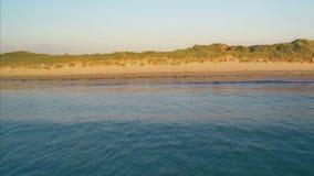Cantidad idílica del abejón del paisaje marino y de las montañas almacen de video
