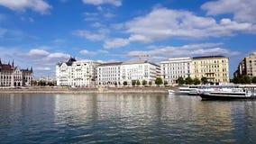 cantidad 4K de edificios hermosos y el parlamento en Budapest durante un viaje del barco a lo largo del río Danubio almacen de metraje de vídeo