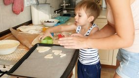 cantidad 4k de la pequeña pasta del corte del niño pequeño para las galletas y ponerlas en el molde para el horno almacen de video