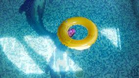 cantidad 4k del anillo inflable para los niños en superficie del agua de la piscina almacen de video