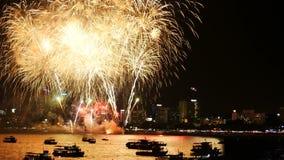 cantidad 4K del festival real de los fuegos artificiales en el cielo para la celebración en la noche con la opinión de la ciudad  almacen de video