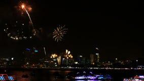 cantidad 4K del festival real de los fuegos artificiales en el cielo para la celebración en la noche con la opinión de la ciudad  metrajes