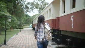 cantidad 4k dos escenas de la mujer turística asiática feliz en el ferrocarril, paseo al tren e intensificar en la escalera viaje almacen de metraje de vídeo