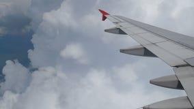 cantidad 4k El viajar por el aire visi?n a?rea a trav?s de una ventana del aeroplano Aeroplano del ala que vuela adentro a las nu metrajes