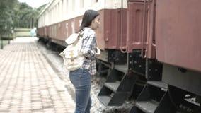 cantidad 4k la mujer turística asiática feliz en el ferrocarril, paseo al tren e intensifica en la escalera viaje en Asia en tren metrajes