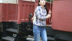 cantidad 4k la mujer tur?stica asi?tica feliz en el ferrocarril, paseo al tren e intensifica en la escalera viaje en Asia en tren almacen de video