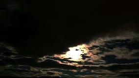 cantidad 4K: las nubes corren en el cielo con destellar del relámpago almacen de metraje de vídeo