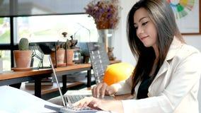 cantidad 4K, mujer de negocios ocupada que trabaja con el ordenador portátil y calculadora en café de la cafetería en la ciudad p