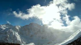 Cantidad majestuosa y hermosa del lapso de tiempo con las montañas nevosas almacen de metraje de vídeo