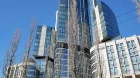 Cantidad panorámica vertical del edificio de Hilton Hotel en Kiev