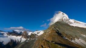 Cantidad panor?mica de la vista del este del norte del pico de Cervino durante salida del sol en d?a soleado con el cielo azul pr almacen de metraje de vídeo