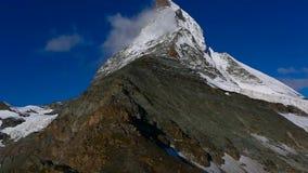 Cantidad panor?mica de la vista del este del norte del pico de Cervino durante salida del sol en d?a soleado con el cielo azul pr almacen de video