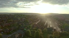 Cantidad a?rea de Sheffield City y de suburbios circundantes en la puesta del sol en primavera metrajes