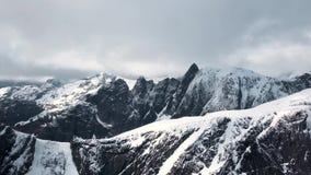 Cantidad a?rea Noruega de las monta?as brutales Monta?as rocosas de las islas de Lofoten Lagos mountain, picos de monta?a lluvios metrajes