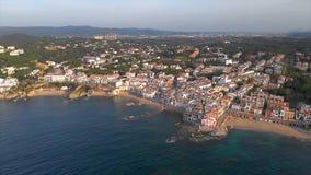 Cantidad sobre Costa Brava costero, peque?o pueblo Calella de Palafrugell del abej?n de Espa?a almacen de metraje de vídeo