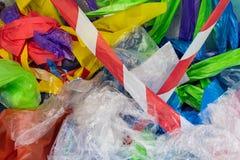 Cantidad triste de paquetes plásticos y de bolsos que son utilizados y lanzados imagen de archivo