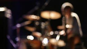 Cantidad unfocused de los movings rápidos del batería del concierto de rock almacen de metraje de vídeo