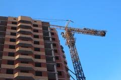 Cantiere con le gru per le nuove case con mattoni a vista nella citt? fotografia stock libera da diritti