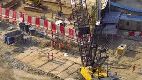 Cantiere del grattacielo I lavoratori stanno preparando il supporto del cemento armato per la costruzione futura video d archivio