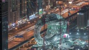 Cantiere del museo del timelapse aereo futuro di notte, costruzione iconica seguente del Dubai stock footage