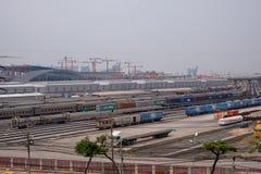 Cantiere della gru Costruzione di trasporto nell'industriale del treno con le gru fotografie stock libere da diritti