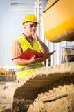 Cantiere di controllo del responsabile della costruzione con il piano Fotografia Stock Libera da Diritti