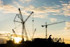 Cantiere di lavoro della raffineria dell'impianto offshore di industria dell'edilizia della siluetta Immagine Stock