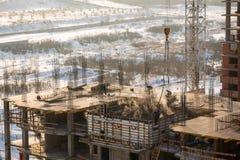 Cantiere di una costruzione multipiana con i lavoratori nella città di Krasnojarsk Immagini Stock