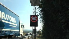 Cantiere e zona limite di velocità sulla strada principale tedesca stock footage